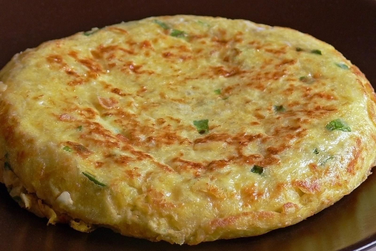 Tortilla Españolassa perinteinen perunamunakas (tortilla de patatas) saa täyteläisen ja kuohkean olemuksen.